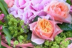 Bouquet étonnant de fleur avec des roses Photo stock