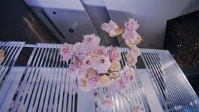 Bouquet accrochant - une partie de la décoration l'épousant Droite au tir gauche de parralax clips vidéos