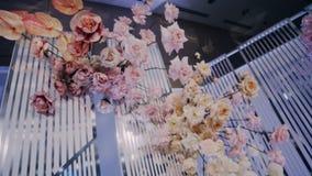 Bouquet accrochant - une partie de la décoration l'épousant du praesidium de nouveaux mariés clips vidéos