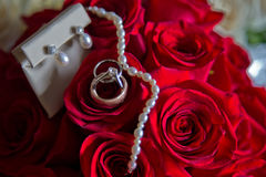 Bouquet, anneaux et bijoux de mariage Photos libres de droits