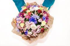 Bouquet avec différentes couleurs dans les mains d'un homme photos libres de droits