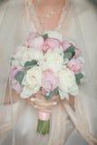 Bouquet avec du charme pour la jeune mariée avec les pivoines et l'eucalyptus roses Image stock