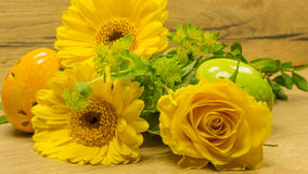 Bouquet avec l'oeuf de pâques en jaune Photos stock