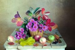 Bouquet avec le rose et santarini bleu, feuilles jaunes sur une table en bois image stock