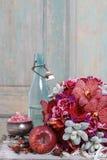 Bouquet avec les fleurs, les roses et les succulents rouges d'orchidée Photo libre de droits
