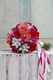 Bouquet avec les fleurs, les roses et les succulents rouges d'orchidée Photos stock