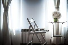 Bouquet blanc de mariage à la belle lumière du soleil Photo stock