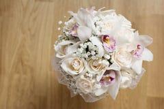 Bouquet blanc de mariage dans la tasse en verre Photo stock