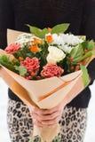 Bouquet blanc et rose de jeune mariée de roses Image stock