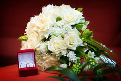 Bouquet of the bride and wedding rings Royalty Free Stock Photography
