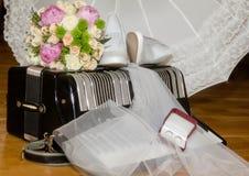 Bouquet, chaussures et anneaux nuptiales sur l'accordéon photo libre de droits