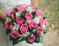 Bouquet chic de mariage dans les mains de la jeune mariée Image libre de droits