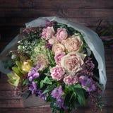 Bouquet chic des fleurs, roses, astromelia, roses de pivoine, greeti Image stock