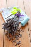 Bouquet, ciseaux et tissu secs de lavande Photos libres de droits