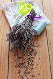 Bouquet, ciseaux et tissu secs de lavande Images libres de droits