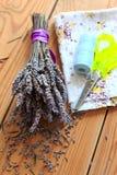Bouquet, ciseaux et tissu secs de lavande Photographie stock