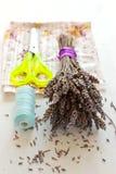 Bouquet, ciseaux et tissu secs de lavande Image libre de droits