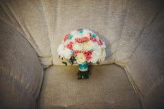 Bouquet coloré de beau mariage pour la jeune mariée Images stock