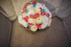 Bouquet coloré de beau mariage pour la jeune mariée Image libre de droits