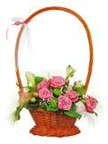 Bouquet coloré de fleur des roses dans le panier en osier d'isolement dessus Image libre de droits