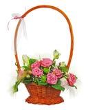 Bouquet coloré de fleur des roses dans le panier en osier d'isolement dessus Images stock