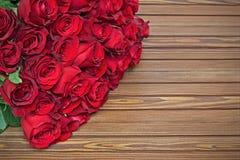 Bouquet coloré de fleur des roses rouges sur le fond en bois Photo libre de droits