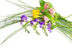 Bouquet coloré de fleurs d'isolement sur le blanc Photographie stock libre de droits