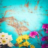 Bouquet coloré de fleurs sur le fond en bois de vintage, Images libres de droits