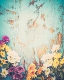 Bouquet coloré de fleurs sur le fond en bois de vintage Images libres de droits