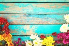 Bouquet coloré de fleurs sur le fond en bois de vintage Image stock
