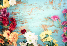 Bouquet coloré de fleurs sur le fond en bois de vintage, Images stock