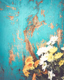 Bouquet coloré de fleurs sur le fond en bois de vintage Photos stock