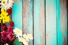 Bouquet coloré de fleurs sur le fond en bois de vintage, Photographie stock libre de droits