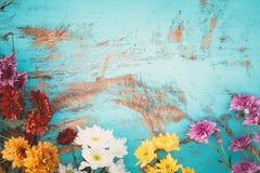 Bouquet coloré de fleurs sur le fond en bois de vintage, Photo libre de droits