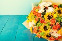Bouquet coloré des fleurs sur l'espace en bois de copie de table de turquoise Photos libres de droits