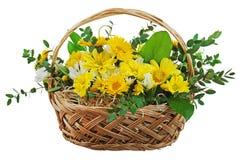 Bouquet coloré des gerberas dans le panier en osier d'isolement. Photo libre de droits