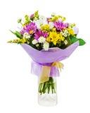 Bouquet coloré des gerberas dans le vase en verre d'isolement sur b blanc Photographie stock