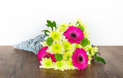 Bouquet décoratif avec des chrysanthèmes et des Gerberas photographie stock