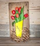 Bouquet décoratif de ressort des tulipes rouges photo stock