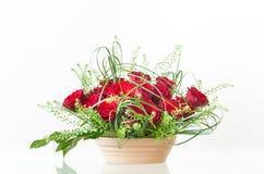Bouquet décoratif des roses rouges dans un récipient en céramique image stock