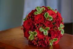 Bouquet d'écarlate de la jeune mariée Photo libre de droits