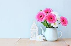 Bouquet d'été des fleurs et de la lanterne de vintage sur la table en bois avec le fond en bon état image filtrée par vintage Image stock