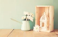Bouquet d'été des fleurs et de la lanterne de vintage sur la table en bois avec le fond en bon état image filtrée par vintage Images stock
