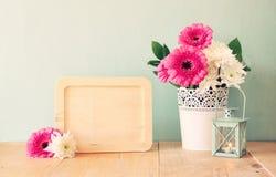 Bouquet d'été des fleurs sur la table en bois et le conseil en bois avec la pièce pour le texte avec le fond en bon état image fi Image libre de droits