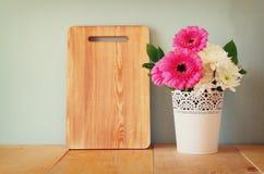 Bouquet d'été des fleurs sur la table en bois et le conseil en bois avec la pièce pour le texte avec le fond en bon état image fi Photo stock
