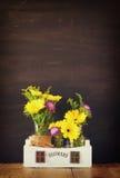 Bouquet d'été des fleurs sur la table en bois et le fond en bois de tableau noir Copiez l'espace Image stock