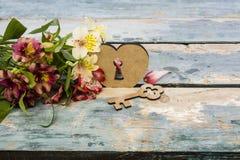 Bouquet d'Alstroemeria et de château sous forme de coeur et de clé Images libres de droits