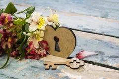 Bouquet d'Alstroemeria et de château sous forme de coeur et de clé Photos stock