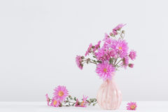 Bouquet d'amellus d'aster dans le vase en céramique Photo stock