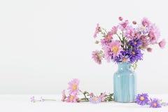 Bouquet d'amellus d'aster dans le vase en céramique Photographie stock